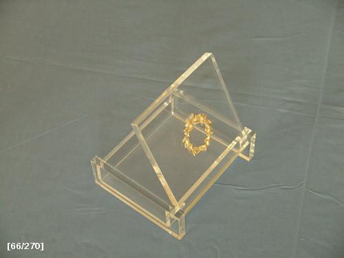 κουτάκι από πλέξιγκλας με έμβλημα