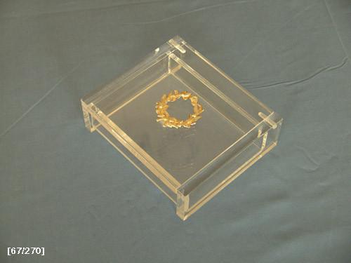 κουτάκι από πλέξιγκλας με έμβλημα2