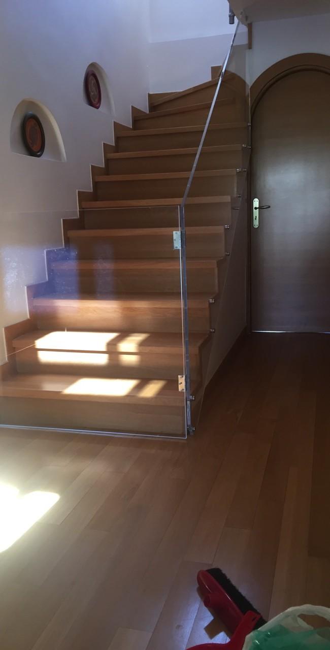 Μπαλκόνια εσωτερικής σκάλας από plexiglass